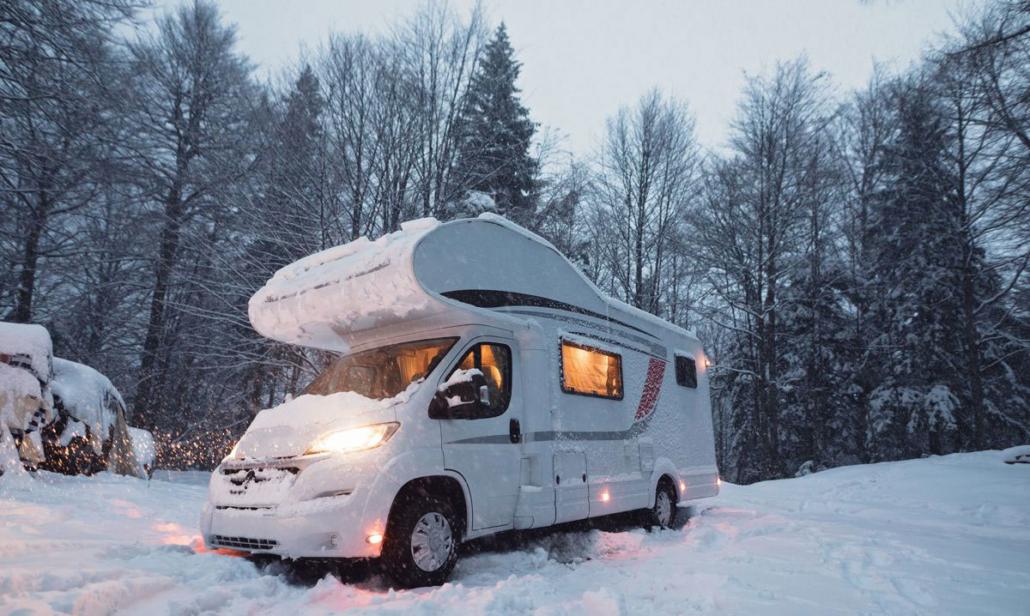 Camper in inverno nella neve