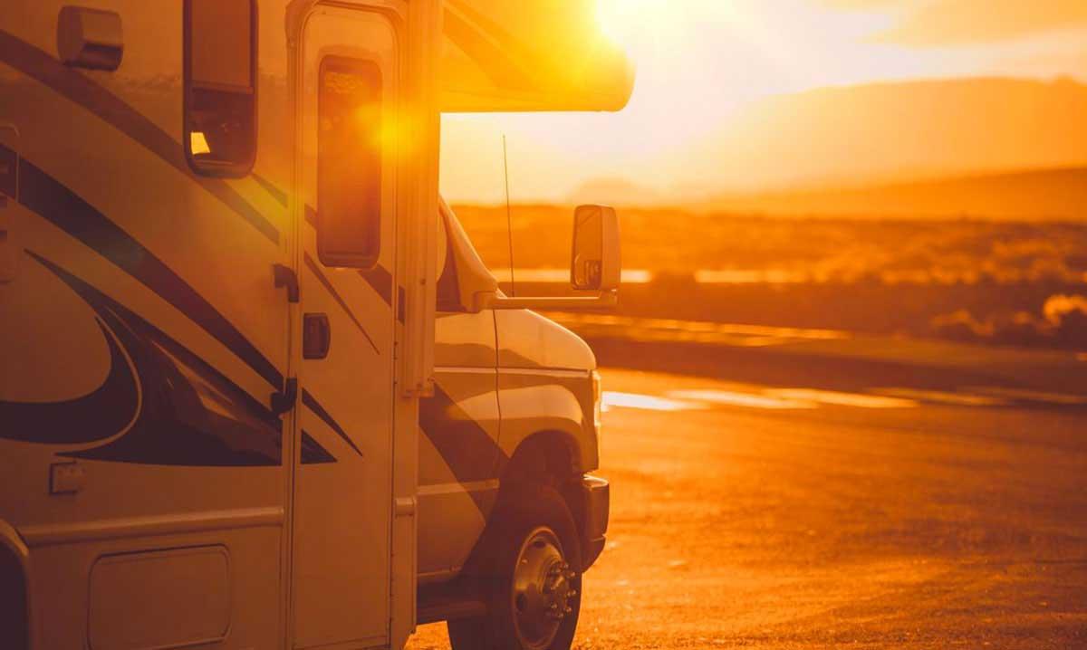 Quelli dei Camper in viaggio al tramonto