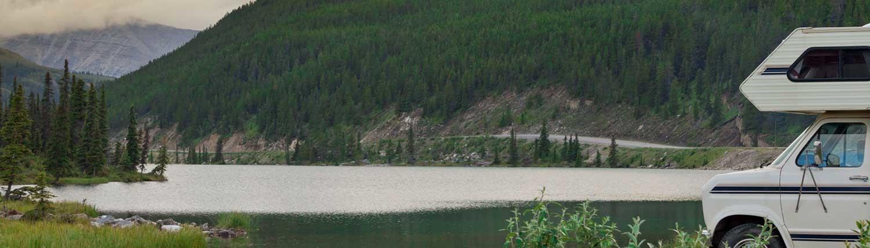 Camper vintage in riva al lago