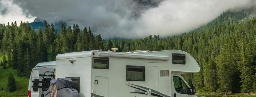 camper in montagna sul lago